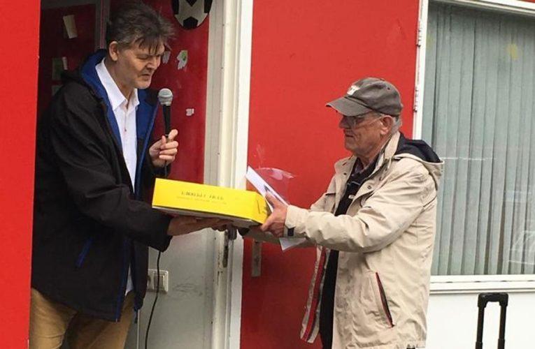 Piet Boomsma krijgt Bert Klunder Trofee voor zijn werk bij voetbalvereniging Grijpskerk